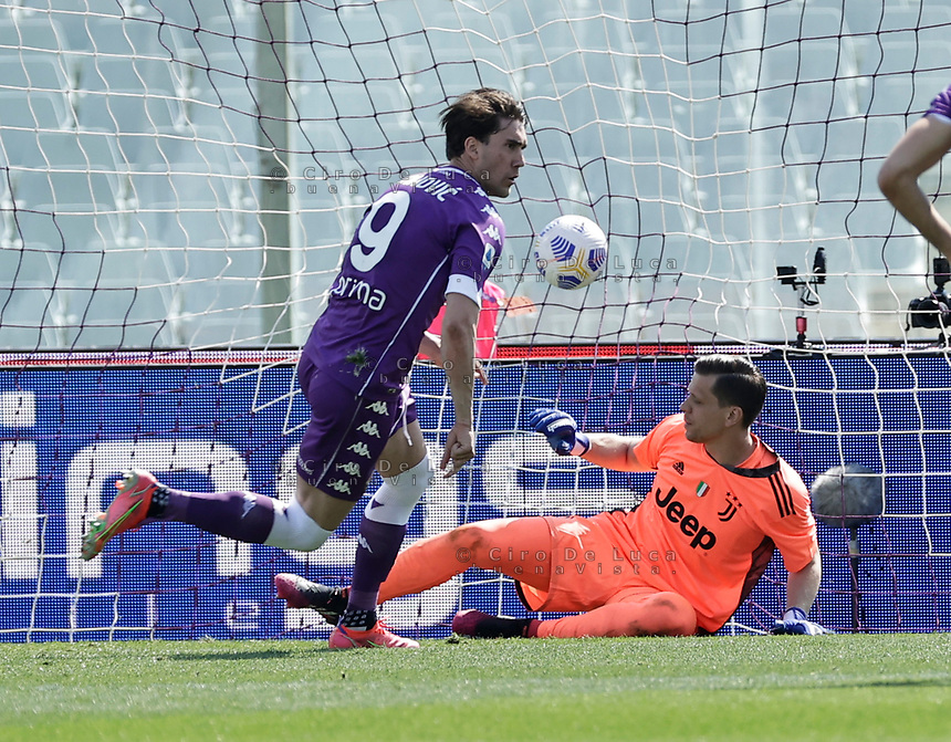 Dusan Vlahovic of Fiorentina  scvores past Wojciech Szczesny of Juventus  during the  italian serie a soccer match,Fiorentina - Juventus at  theStadio Franchi in  Florence Italy ,