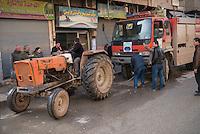 Feuerwehr in Qamishli, Rojava/Syrien.<br /> Von sieben Feuerwehr-Fahrzeugen die der YPG-Regierung in Qamishli zur Verfuegung stehen, ist nur eines funktionstuechtigt. Fuenf Fahrzeuge sind mit vorhandenen Mitteln nicht zu reparieren - Motorschaden, unbenutzbare Fahrerkabinen, defekte Stromleitungen.<br /> Zusaetzlich zumden Augaben der Feuerwehr muessen die 12 Feuerwehrmaenner - je 3 von ihnen arbeiten in 24-Stundenschichten - auch noch Wasser in Stadtteile ohne Wasserversorgung verteilen.<br /> Im Bild: Die Kupplung des Feuerwehrfahrzeuges ist kaputt und es muss abgeschleppt werden. Wann es wieder einsatzbereit sein wird ist unklar.<br /> 15.12.2014, Qamishli/Rojava/Syrien<br /> Copyright: Christian-Ditsch.de<br /> [Inhaltsveraendernde Manipulation des Fotos nur nach ausdruecklicher Genehmigung des Fotografen. Vereinbarungen ueber Abtretung von Persoenlichkeitsrechten/Model Release der abgebildeten Person/Personen liegen nicht vor. NO MODEL RELEASE! Nur fuer Redaktionelle Zwecke. Don't publish without copyright Christian-Ditsch.de, Veroeffentlichung nur mit Fotografennennung, sowie gegen Honorar, MwSt. und Beleg. Konto: I N G - D i B a, IBAN DE58500105175400192269, BIC INGDDEFFXXX, Kontakt: post@christian-ditsch.de<br /> Bei der Bearbeitung der Dateiinformationen darf die Urheberkennzeichnung in den EXIF- und  IPTC-Daten nicht entfernt werden, diese sind in digitalen Medien nach §95c UrhG rechtlich geschuetzt. Der Urhebervermerk wird gemaess §13 UrhG verlangt.]