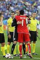 Manuel Neuer (Deutschland Germany) und Torwart Gianluigi Buffon (Italien, Italy) tauschen Wimpel aus  - UEFA EURO 2016: Deutschland vs. Italien, Stade Matmut Atlantique, Bordeaux, Viertelfinale