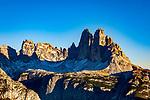Italien, Suedtirol (Trentino - Alto Adige), Naturpark Fanes-Sennes-Prags: auf dem Dolomiten Hoehenweg Nr. 3 oberhalb Hochplateau Plaetzwiesen, Blick vom  Strudelkopf auf die Drei Zinnen und Rifugio Auronzo (ganz rechts) | Italy, South Tyrol (Trentino - Alto Adige), Fanes-Sennes-Prags Nature Park: on Dolomites Alta via no. 3 above High Plateau Plaetzwiesen, view from summit Strudelkopf (Monte Specie) at Tre Cime mountains and hut Rifugio Auronzo (very right)