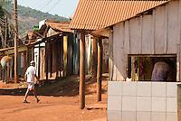 Serra Pelada.<br /> Aspectos de Serra Pelada.<br /> Com cerca de sete mil moradores , Serra Pelada, que chegou a ter mais de sessenta mil homens no auge do garimpo  vive hoje uma situação precária. De acordo com Salustiano Santos, diretor social da Coomigasp - Cooperativa de Mineraçãodos Garimpeiros de Serra Pelada o garimpo tem os maiores índices de tuberculose e aids do Pará.<br /> Cerca de 10 áreas se mantém com trabalho de poucos garimpeiros as próximidades de antiga cava, que hoje alagada, mantém em suas águas resíduos de mercúrio que contaminaram toda região. Uma série de conflitos jurídicos e políticos mantém fechada a exploração na área.<br /> Curionópolis, Pará, Brasil.<br /> Foto Paulo Santos/Interfoto<br /> 19/08/2009.