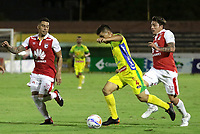 BUCARAMANGA - COLOMBIA, 25-07-2015: Kevin Agudelo (C) del Atlético Huila disputa el balón con Yeison Gordillo (Izq) y Sebastian Salazar (Der) del Independiente Santa Fe durante partido por la fecha 9 de la Liga Águila II 2018 jugado en el estadio Guillermo Plazas Alcid de la ciudad de Neiva. / Kevin Agudelo (C) player of Atletico Huila fights for the ball with Yeison Gordillo (L) and Sebastian Salazar (R) players of Independiente Santa Fe during match for the date 9 of the Aguila League II 2018 played at Guillermo Plazas Alcid in Neiva city. Photo: VizzorImage / Oscar Martínez / Cont