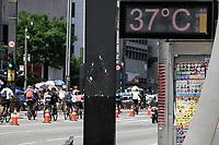 SÃO PAULO, SP, 27.09.2020: CLIMA-AVENIDA-PAULISTA-SP - Pedestres enfrentam forte calor na avenida Paulista, região central de São Paulo, neste domingo, 27. No decorrer do dia, o calor e os baixos índices de umidade serão protagonistas. Hoje a máxima alcança os 34°C, com possibilidade de novo recorde de calor. Até agora, o recorde de calor do ano, 34,1°C, foi observado na tarde do último dia 12 de setembro. (Foto: Fábio Vieira/FotoRua)