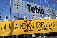 """- Genoa, june 2000, manifestation against""""Tebio"""", first exhibition of biotechnologies, Greenpeace activists....- Genova, giugno 2000, manifestazione contro """"Tebio"""", primo salone delle biotecnologie, militanti di Greenpeace"""