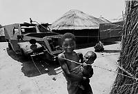 Mozambico, Africa, Gorongosa, bambini e villaggio sorto sui resti della guerra
