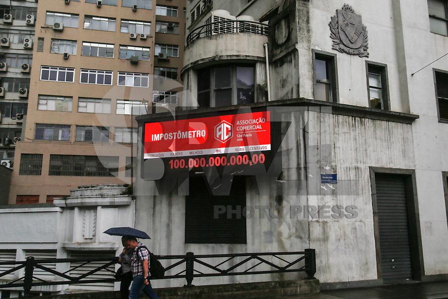 SÃO PAULO, SP, 14.01.2016: IMPOSTÔMETRO-SP - Impostômetro da Associação Comercial de São Paulo, na rua Boa Vista (centro de SP), registra a marca de 100 bilhões de reais em tributos arrecadados pelos contribuintes desde 01/01//2016. (Foto: William Volcov/Brazil Photo Press)