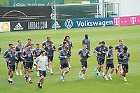 Mannschaft läuft sich warm - Seefeld 05.06.2021: Trainingslager der Deutschen Nationalmannschaft zur EM-Vorbereitung