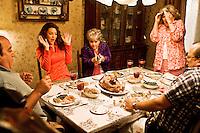 Prod DB © Lakeshore Entertainment - Sidney Kimmel Entertainment / DR<br /> RECHERCHE BAD BOYS DESESPEREMENT (ONE FOR THE MONEY) de Julie Anne Robinson 2011 USA<br /> avec Katherine Heigl et Debbie Reynolds<br /> repas en famille, braquer, revolver, coup de folie<br /> d'apres le roman de Janet Evanovich