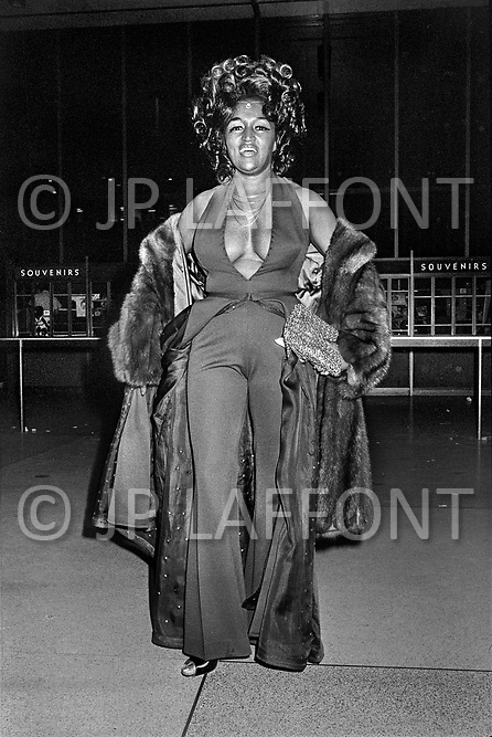 Manhattan, New York City, NY. January 28, 1974. Muhammad Ali and Joe Frazier at Madison Square Garden. Billed as the 'Fight of the Century' African-American boxing fans and dandies attended wearing the most glam-fashions of the day. Furs, minis and thigh-high platform boots were all the rage.  <br /> <br /> <br /> Madison Square Garden, matchs de Box entre Muhammad Ali et Joe Frazier. Les deux combats du 8 mars 1971 et la revanche du 28 janvier 1974 attirèrent la même foule bigarrée, originale, riche et tirée à quatre épingles. Ce furent deux défilés de mode extravagants. Où seront tous les dandys de la ville.