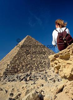 EGY, Aegypten, Gizeh: Frau und Mykerinos Pyramide   EGY, Egypt, Gizeh: woman and Mykerinos Pyramid