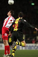 Zweikampf zwischen Marius Nikulae (FSV Mainz 05) und Christoph Metzelder (Borussia Dortmund)