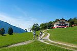 Deutschland, Bayern, Oberbayern, Landkreis Miesbach, Luftkurort Bayrischzell im Mangfallgebirge und am Fuss des Wendelsteins - Wanderer am Bergcafé Siglhof | Germany, Upper Bavaria, resort Bayrischzell at Mangfall mountains - hikers at mountain Café Siglhof