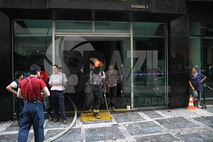 SAO PAULO, SP, 03.12.2014 - INCENDIO  - FACULDADE UNIESP - Corpo de Bombeiros trabalha no combate a um incêndio de grandes proporções que atingiu o prédio da faculdade Uniesp na Rua Conselheiro Crispiniano, na República, na região central de São Paulo, por volta das 14h30 desta quarta-feira, 03. Até as 15h30, não havia relatos de vítimas no local. No momento em que o fogo começou, apenas funcionários estavam no edifício. Eles se encontravam nos andares inferiores e saíram do prédio. O incêndio teve início entre o nono e o décimo andar, o que facilitou a fuga. (Foto: Marcos Moraes / Brazil Photo Press).
