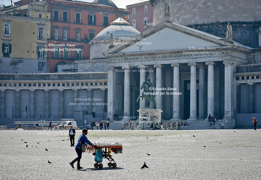 - NAPOLI 21 MAR  2014 - Piazza del Plebiscito ambulanti