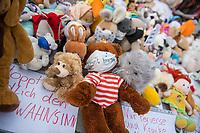 """Mit Plueschtieren als Symbol fuer eine angebliche """"pysiche und psychische Schaedigung unsere Kinder durch die Corona-Maßnahmen"""" protestierten Corona-Leugner und Impfgegner unter dem Motto """"Haende weg von unseren Kinder"""" am Montag den 19. Oktober 2020 in Berlin. Dabei wurden Schilder mit der Aufschrift """"Ihr seid Verbrecher, Finger weg von unseren Kindern"""", """"Nur die Coronaregeln machen unsere Kinder krank"""" und """"Maske ist Folter"""" gehalten.<br /> Im Bild: Manche der Kuscheltiere hatten eine Maske mit dem Spruch """"I can't breath"""" der antirassistischen Blick Lives Matter-Bewegung um. Daneben ein Schild """"Stoppt endlich den Wahnsinn"""" (links) und """"Nur Perverse und Kranke quaelen Kinder"""", mit dem die Entscheider der Massnahmen gegen die Ausbreitung der Pandemie in mit Paedophilen gleichgesetzt werden (rechts).<br /> 19.10.2020, Berlin<br /> Copyright: Christian-Ditsch.de"""