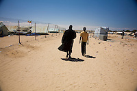 Tunisie RasDjir Camp UNHCR de refugies libyens a la frontiere entre Tunisie et Libye ....Tunisia Rasdjir UNHCR refugees camp  Tunisian and Libyan border  Deux refugies ....Two guys walking Campo profughi frontiera libica