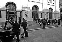 Milano, studenti e professori universitari tengono lezione in piazza Affari davanti alla borsa per protesta contro la riforma dell'istruzione --- Milan, students and professors have class in Affari square in front of the Stock Exchange as protest against the school reform