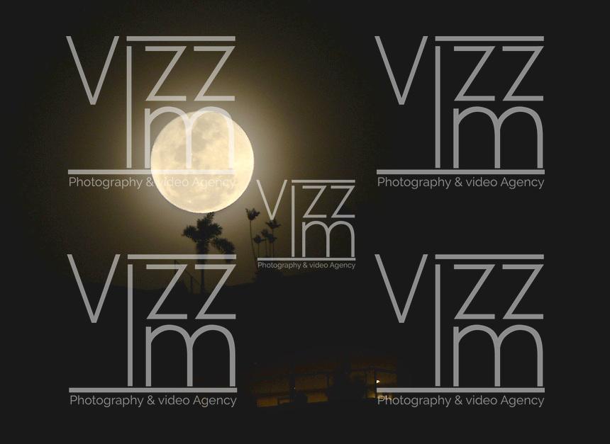 CALI -COLOMBIA. Cada 38 se presenta luna llena en navidad. En la imagen una vista de la luna en los cerros del oeste de Cali, Colombia. / Each 38 years the full moon is seen. This view from the east of Cali, ColombiaPhoto: VizzorImage/ Gabriel Aponte / Staff