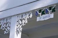 Les Bahamas /Ile d'Eleuthera/Harbour Island/Dunmore Town: détail Maison coloniale du front de mer du village, détail grappe de raisin fer forgé // Bahamas / Eleuthera Island / Harbor Island / Dunmore Town: detail Colonial house of village waterfront, detail bunch of wrought iron grapes