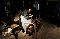 Nederland - Arnhem  - 17 december 2017.  Op 16 en 17 december vond Landleven Winter plaats in het Nederlands Openluchtmuseum. Vrouw bij het spinnewiel in een boerderij.    Foto Berlinda van Dam / Hollandse Hoogte.