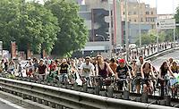 Migliaia di persone in bicicletta lungo la tangenziale a Roma, 31 maggio 2008, per la Ciemmona, Critical Mass Interplanetaria. .Thousands of people make their way by bicycle along Rome's beltway, 31 may 2008, during the Interplanetary Critical Mass. .UPDATE IMAGES PRESS/Riccardo De Luca