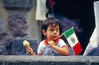 Junge mit mexikanischer Flagge am Nationalfeiertag, Mexico City, Mexiko, Nordamerika