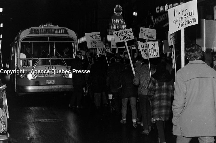 Manifestation d'étudiants contre la Guerre au Vietnam, à Québec<br /> , le 17 novembre 1967<br /> <br /> PHOTO  : AGENCE QUEBEC PRESSE -  Photo Moderne