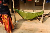BanGLADESH, Region Madhupur, Garo people, matrilineal society, infant in cradle / BANGLADESCH, Madhupur, Garos sind eine christliche u. ethnische Minderheit , Garo folgen einer matrilinearen Abstammungsregel, Kind in Wiege