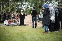 """Das """"Zentrum fuer Politische Schoenheit"""" liess am Dienstag den 16. Juni 2015 auf dem Muslimischen Teil des Friedhof in Berlin-Gatow eine Fluechtlingsfrau aus Syrien beerdigen, die mit ihrem Kind bei der Flucht ueber das Mittelmeer ertrunken ist. Ihr Kind konnte nicht geborgen werden, es ist im Mittelmeer verschollen.<br /> Die Frau wurde zuvor im Beisein von Angehoerigen in Suedeuropa exhumiert und durch ein Beerdigungsunternehmen nach Deutschland gebracht. Die Beerdigung fand unter dem Motto """"Die Toten kommen"""" statt und war die erste von insgesammt 10 geplanten Beerdigungen.<br /> Vor dem Grab waren 40 Stuehle fuer eingeladene Beerdigungs-Gaeste aufgestellt die jedoch leer blieben. Es waren die politisch Verantwortlichen der deutschen Asylpolitik geladen worden, die jedoch nicht erschienen.<br /> Das Zentrum fuer Politische Schoenheit will 8 weitere Mittelmeer-Tote nach Berlin bringen und sie vor das Kanzleramt bringen um den politisch Verantwortlichen die Folgen ihrer Asylpolitik drastisch vor Augen zu fuehren.<br /> Im Bild: Imam Abdallah Hadjjir bei der Trauerfeier.<br /> 16.6.2015, Berlin<br /> Copyright: Christian-Ditsch.de<br /> [Inhaltsveraendernde Manipulation des Fotos nur nach ausdruecklicher Genehmigung des Fotografen. Vereinbarungen ueber Abtretung von Persoenlichkeitsrechten/Model Release der abgebildeten Person/Personen liegen nicht vor. NO MODEL RELEASE! Nur fuer Redaktionelle Zwecke. Don't publish without copyright Christian-Ditsch.de, Veroeffentlichung nur mit Fotografennennung, sowie gegen Honorar, MwSt. und Beleg. Konto: I N G - D i B a, IBAN DE58500105175400192269, BIC INGDDEFFXXX, Kontakt: post@christian-ditsch.de<br /> Bei der Bearbeitung der Dateiinformationen darf die Urheberkennzeichnung in den EXIF- und  IPTC-Daten nicht entfernt werden, diese sind in digitalen Medien nach §95c UrhG rechtlich geschuetzt. Der Urhebervermerk wird gemaess §13 UrhG verlangt.]"""