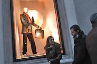 - shopping nel centro di Milano, corso Vittorio Emanuele e via Montenapoleone, negozio Louis Vuitton.- shopping in the center of Milan, Vittorio Emanuele and  Montenapoleone street, Louis Vuitton shop Italian town