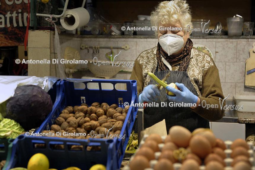 CoviTime.<br /> Roma al tempo del Coronavirus, scene di vita quotidiana nel mercato coperto di Via Catania-Roma.<br /> Rome at the time of the Coronavirus, images of daily life, Via Catania market.