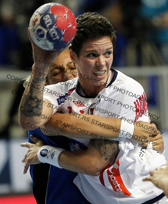 SERBIA, ZRENJANIN: Norway's Anja Hammerseng-Edin (front) vies with Paraguay's Myrian Rodrigueza (back) during their Women's Handball World Championship 2013 match Norway vs Paraguay on December 10, 2013 in Zrenjanin.  AFP PHOTO / PEDJA MILOSAVLJEVIC
