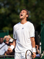 26-06-10, Tennis, England, Wimbledon,  Paul Henri Mathieu screems it out after defeating Dutchman De Bakker