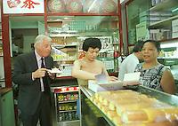 HONG KONG GOVERNOR CHRIS PATTEN IN TAI CHEUNG BAKERY IN HONG KONG.<br /> <br /> PHOTO BY RICHARD JONES/SINOPIX