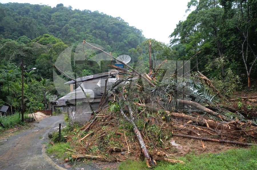 ANGRA DOS REIS, RJ, 04 DE JANEIRO 2013 - DESLIZAMENTO DE TERRA - Deslizamento de terra atingiu 8 casas no Bairro Bracuhy em Angra dos Reis, regiao oeste do estado do Rio de Janeiro, alguns moradores tiveram ferimentos leves. FOTO: ADRIANO LIMA / BRAZIL PHOTO PRESS).