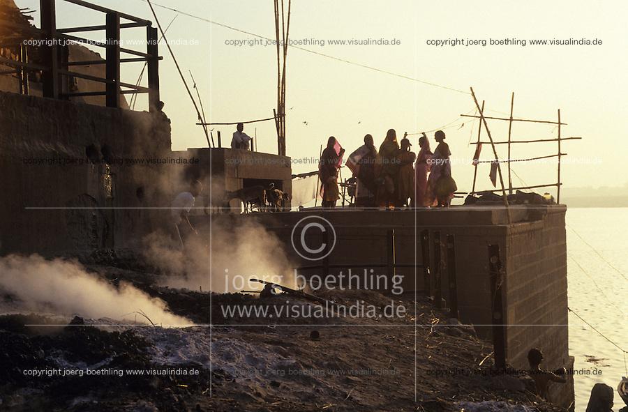 INDIA Varanasi, cremation of dead body at Manikarnika ghat at river Ganga,  cremation is part of hindu ritual moksha hindu belief to get salvation of rebirth here / INDIEN Benares Varanasi Kashi, Kremation am Manikarnika Ghat am heiligen Fluss Ganges, Hindus glauben an Ritual Moksha wer hier verbrannt wird entgeht dem Kreislauf der Wiedergeburt und kommt in den Himmel