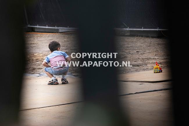 Heumen, 010921<br />Vluchtelingenkamp Heumensoord. Een dag nadat de eerste Afghanen aankwamen met een bus vanuit Amsterdam. Het kamp is nog in aanbouw, kinderen spelen.<br />Foto: Sjef Prins - APA Foto