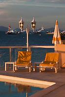 Europe/France/Provence -Alpes-Cote d'Azur/83/Var/Saint-Tropez: Terrasse et Piscine du Restaurant: La Pinède en fond le Golfe de Saint-Tropez et ses Yachts