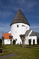Romanische Rundkirche Ols Kirke in Olsker auf der Insel Bornholm, Dänemark, Europa<br /> Romanesque r Ols Kirke in Olsker , Isle of Bornholm Denmarkound church