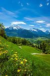 Deutschland, Bayern, Berchtesgadener Land, oberhalb Berchtesgaden: Ausblick vom Gasthof Hochlenzer in die Berchtesgadener Alpen mit Watzmann (links) 2.713 m und Hochkalter 2.607 m (Mitte) und Reiter Alpe - auch Reiter Alm genannt | Germany, Upper Bavaria, Berchtesgadener Land; above Berchtesgaden: view from mountain inn Hochlenzer towards Berchtesgaden Alps with summits Watzmann 2.713 m (left) and Hochkalter 2.607 m (middle) and Reiter Alpe mountain range, also called Reiter Alm