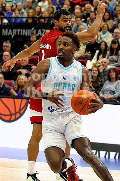 GRONINGEN - FIBA Basketbal-bubbel. finale, Donar - Lisboa Benfica seizoen 2021-2022, 01-10-2021, Donar speler Donte Ingram met Benfica speler Aaron Broussard
