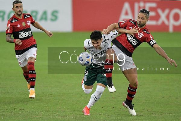RIO DE JANEIRO (RJ), 30/05/2021 - FLAMENGO-PALMEIRAS - Raphael Veiga (e) e Diego Ribas (d). Partida entre Flamengo e Palmeiras, válida pela 1ª rodada do Campeonato Brasileiro, realizada no Estádio do Maracanã, neste domingo (30).