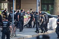 Protest gegen die Jahreshauptversammlung des Ruestungskonzern Rheinmetall am Dienstag den 8. Mai 2018 in Berlin.<br /> Verschiedene Friedensgruppen und die Linkspartei haben zu dem Protest aufgerufen.<br /> Im Bild: Demonstranten haben vor dem Eingang der Jahreshauptversammlung ein Transparent entrollt. Sie wurden von der Polizei festgenommen.<br /> 8.5.2018, Berlin<br /> Copyright: Christian-Ditsch.de<br /> [Inhaltsveraendernde Manipulation des Fotos nur nach ausdruecklicher Genehmigung des Fotografen. Vereinbarungen ueber Abtretung von Persoenlichkeitsrechten/Model Release der abgebildeten Person/Personen liegen nicht vor. NO MODEL RELEASE! Nur fuer Redaktionelle Zwecke. Don't publish without copyright Christian-Ditsch.de, Veroeffentlichung nur mit Fotografennennung, sowie gegen Honorar, MwSt. und Beleg. Konto: I N G - D i B a, IBAN DE58500105175400192269, BIC INGDDEFFXXX, Kontakt: post@christian-ditsch.de<br /> Bei der Bearbeitung der Dateiinformationen darf die Urheberkennzeichnung in den EXIF- und  IPTC-Daten nicht entfernt werden, diese sind in digitalen Medien nach §95c UrhG rechtlich geschuetzt. Der Urhebervermerk wird gemaess §13 UrhG verlangt.]
