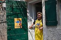 Europe/France/Provence-Alpes-Côte d'Azur/13/Bouches-du-Rhône/Marseille: Préparatifs du repas au cabanon d'Yves Darnaud, cabanonier à la Calanque de Sormiou- Yvette Kevran Auto N: 2009-107