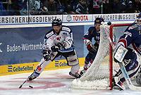 William Trew (Straubing) gegen Pascal Trepanier und Goalie Adam Hauser (beide Adler)<br /> Adler Mannheim vs. Straubing Tigers, SAP Arena<br /> *** Local Caption *** Foto ist honorarpflichtig! zzgl. gesetzl. MwSt. <br /> Auf Anfrage in hoeherer Qualitaet/Aufloesung. Belegexemplar an: Marc Schueler, Am Ziegelfalltor 4, 64625 Bensheim, Tel. +49 (0) 6251 86 96 134, www.gameday-mediaservices.de. Email: marc.schueler@gameday-mediaservices.de, Bankverbindung: Volksbank Bergstrasse, Kto.: 151297, BLZ: 50960101
