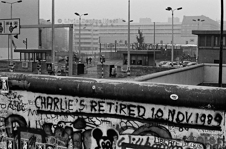 BERLINO / GERMANIA - 10 NOVEMBRE 1989.VEDUTA DEL CHECKPOINT CHARLIE. IN PRIMO PIANO IL MURO CHE DIVIDEVA BERLINO EST DA BERLINO OVEST..FOTO LIVIO SENIGALLIESI..BERLIN / GERMANY - 10 NOVEMBER 1989.BERLIN WALL AT CHECHPOINT CHARLIE, BORDER BETWEEN EAST AND WEST BERLIN..PHOTO BY LIVIO SENIGALLIESI
