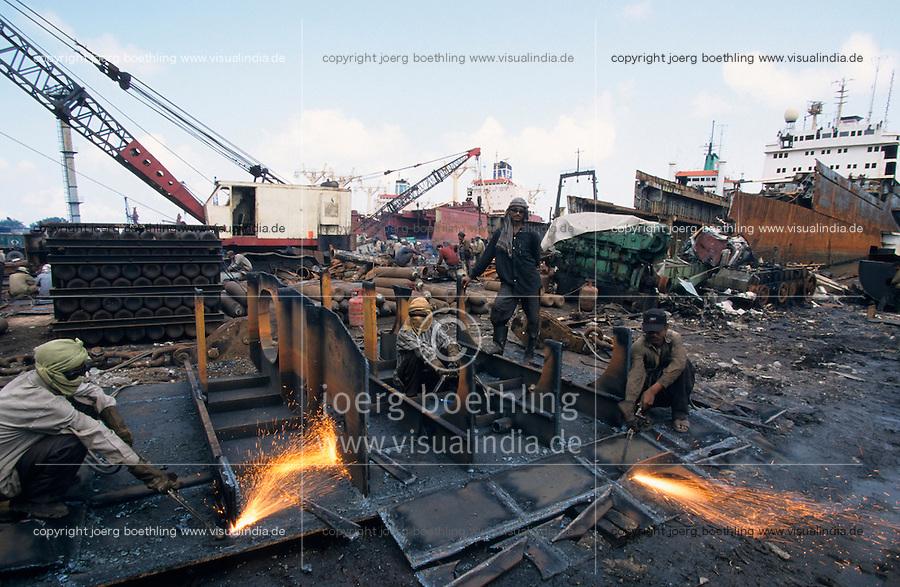 INDIA Mumbai, ship breaking yard in harbour / INDIEN Mumbai, Schiffsabwrackwerft im Hafen