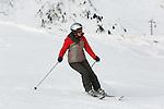 Foto: VidiPhoto<br /> <br /> MITTERSILL - Wintersporters genieten van de goed geprepareerde pistes in het bekende skigebied de Kitzbüheler Alpen. Door de flinke sneeuwval van de afgelopen dagen, zijn de groene pistes in korte tijd veranderd in een winters landschap. De zorgen van veel ondernemers in het gebied en wintersporters zijn dan ook verdwenen als sneeuw voor de zon.