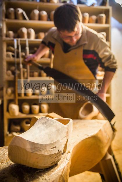 Italie, Val d'Aoste, Val d'Ayas,  Ayas, Antagnod :  Sabotier - Les sabotiers d'Ayas sont renommés pour leur habileté dans le travail du bois pour la fabrication des sabots // Italy, Aosta Valley, Ayas, Antagnod :  The woodwork of the sabotiers d'Ayas is renowned for its sabot shoes, known in the local dialect as tsôques.<br /> AUTO N°: 2013-159