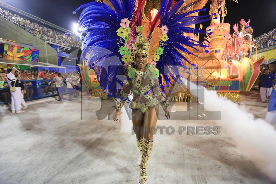 RIO DE JANEIRO, RJ 06.02.2016 - CARNAVAL-RJ - Integrantes da escola de samba  Paraíso do Tuiuti durante segundo dia de desfiles do grupo de acesso série A do Carnaval do Rio de Janeiro no Sambódromo Marquês de Sapucaí na região central da capital fluminense na noite deste sábado, 06. (Foto: William Volcov/Brazil Photo Press)